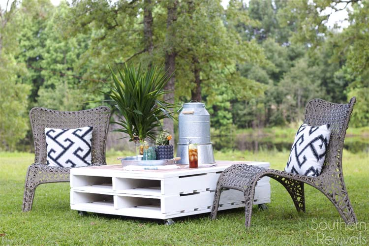 DIY Pallet Outdoor Coffee Table